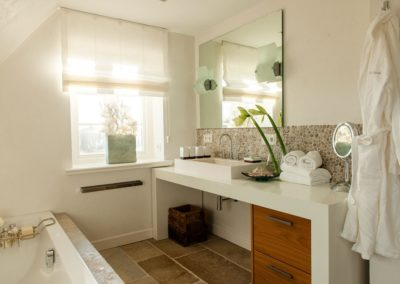 Edles Badezimmer mit Badewanne und Dusche