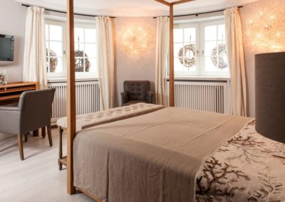 Ein zweites Doppelschlafzimmer mit Flatscreen im Untergeschoss