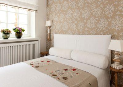 Ein Schlafzimmer mit Doppelbett befindet sich um Warftgeschoss