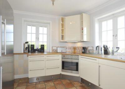 Viel Platz bietet auch der große Kühl-/ Gefrierschrank mit integriertem Weinkühlschrank