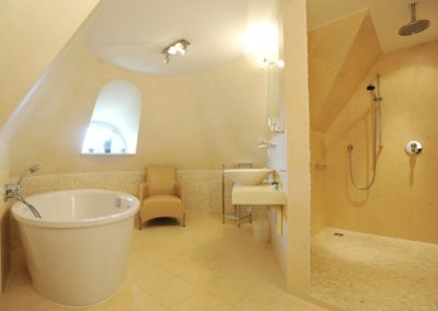 Wie gefällt Ihnen dieses elitäre Bad im Dachgeschoss?