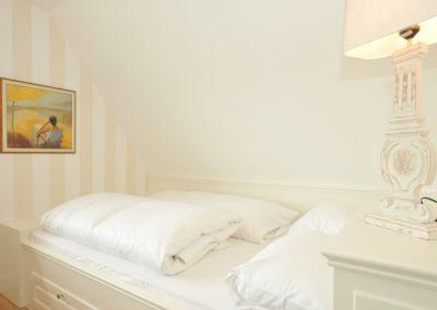 Das zweite Schlafzimmer mit einem 160 x 200 cm großen Doppelbett im Obergeschoss