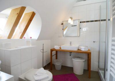 Das Badezimmer im Dachgeschoss.