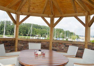 Traumhafte Kulisse mit Blick vom Pavillon auf den Yachthafen