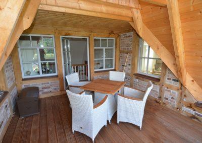 Die Loggia im Obergeschoss mit Gartenmöbel.