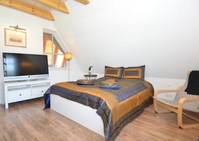 Ein Flatscreen befindet sich auch in einem der Schlafzimmer.