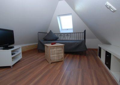 Ein Einzelbett befindet sich im Dachgeschoss des Hauses.