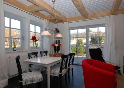 Der weiße Esstisch bietet Platz für bis zu 6 Personen.