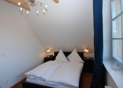 Eines von zwei Schlafzimmern im Obergeschoss.