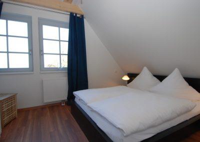 Das zweite Schlafzimmer mit Doppelbett im Obergeschoss.