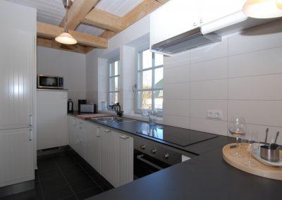 Viel Arbeitsfläche bietet die weiße Küche im Ferienhaus