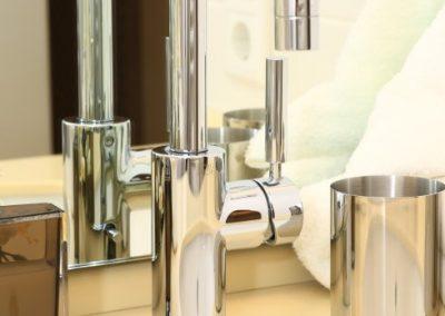 Beste Materialien: Dornbracht- Armatur und Villeroy & Boch- Waschbecken