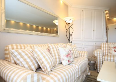 Gemütlich und kuschelig: das bequeme Sofa mit zahlreichen Kissen...