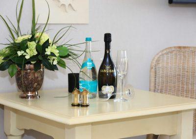 Zur Begrüßung: feinster Sansibar- Prosecco und eine Flasche Sylter Wasser