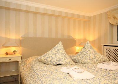 Das komfortable Doppelbett von Treca de Paris für einen erholsamen Schlaf.