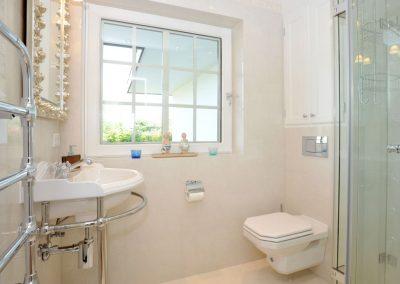 Das Badezimmer im Erdgeschoss der Ferienwohnung.
