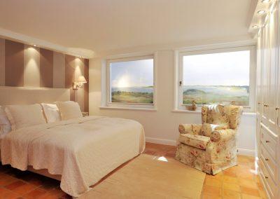 Ein Doppelbett und viel Platz bietet das Schlafzimmer.