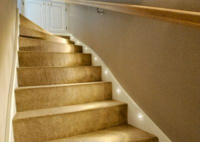 Ein gut ausgeleuchteter Treppenaufgang.
