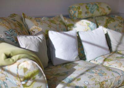 Das Sofa ist mit hochwertigen englischen Leinen bezogen