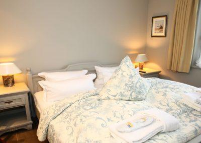 Das Schlafzimmer mit Kleiderschrank und einem Flachbildschirm