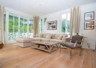 Viel Platz und ein gemütliches Sofa bietet der Wohnraum.