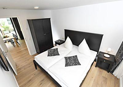 Eines von zwei Schlafzimmern mit großen Doppelbetten.
