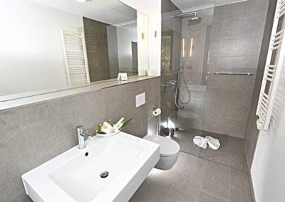 Zwei Duschbäder sind jeweils vom Schlafzimmer aus zugänglich.