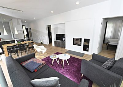 Hell, modern und gemütlich eingerichtet, ist der Wohn- und Essbereich.