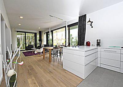 Die Küche ist offen und ergonomisch konzipiert.