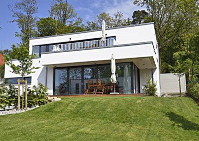Die neue Villa im Bauhausstil, die zwei tolle Wohnungen beherbergt.