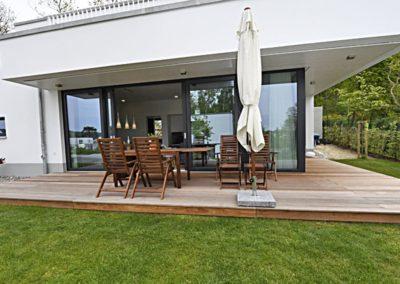 Die teils überdachte Terrasse lädt zum Relaxen ein.