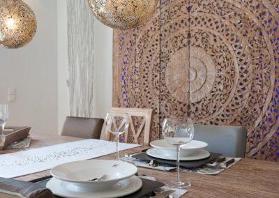Der Tisch ist gedeckt. Wann ist das Essen fertig?