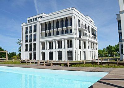 Die imposante Villa mit hauseigenem Pool im Garten