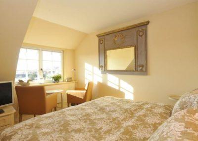 Das Schlafzimmer mit Flachbildschirm im Obergeschoss