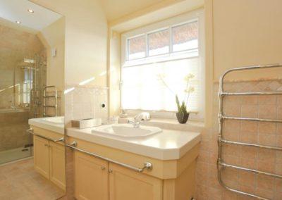 Das hochwertige Duschbad mit Handtuchheizkörper im Obergeschoss.