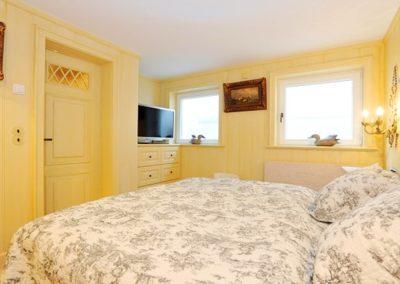 Auch das zweite Schlafzimmer verfügt einen Flatscreen.