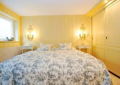 Ein großer Kleiderschrank und ein Doppelbett von Treca de Paris im Warftgeschoss
