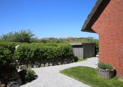 Nahezu uneinsehbar ist der kleine, windgeschützte Garten.