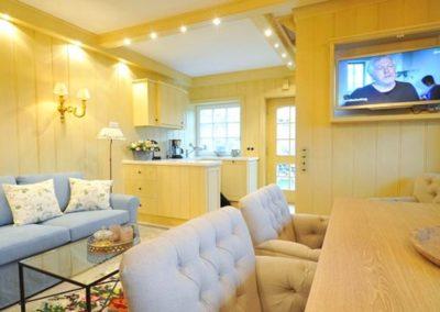 Farbenfroh und dennoch dezent erstrahlt der Wohnbereich.