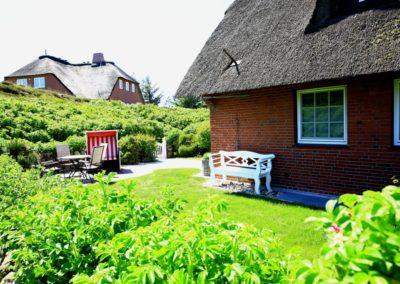 Der Garten ist eingebettet in Sylter Rosenhecken
