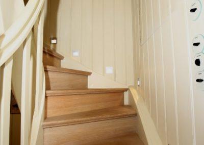 Der gut ausgeleuchtete Treppenaufgang