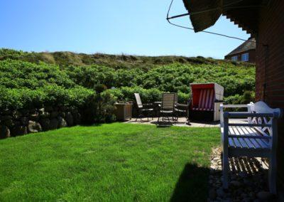 Der idyllische Garten mit Garpa- Gartenmöbel und Strandkorb