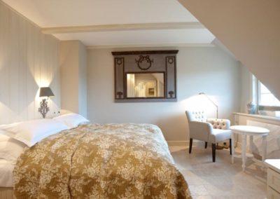 Das Schlafzimmer mit Doppelbett von Treca de Paris und Meerblick
