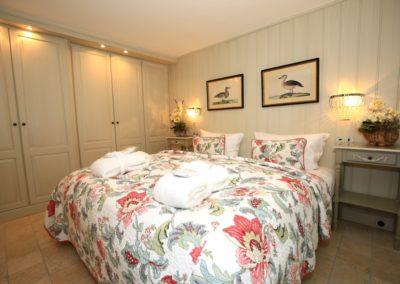 Das zweite Schlafzimmer mit Doppelbett und Flachbildschirm im Warftgeschoss