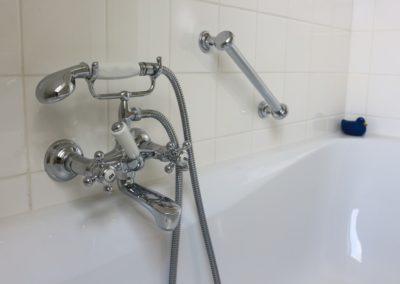 Nostalgische Armaturen zieren die Badewanne