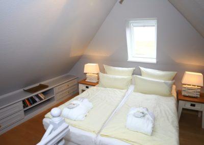 Das Schlafzimmer mit Blick auf das Weltnaturerbe Wattenmeer