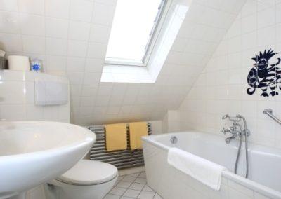 Das Badezimmer mit einer Badewanne