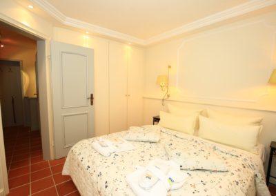 Ein Schlafzimmer mit großem Doppelbett