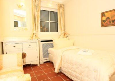 Ein Schlafzimmer mit Einzelbett und Kleiderschrank