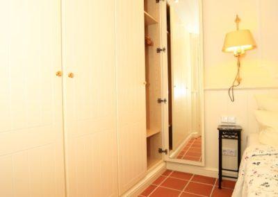 Viel Platz für die Garderobe bietet der Einbauschrank mit Spiegel